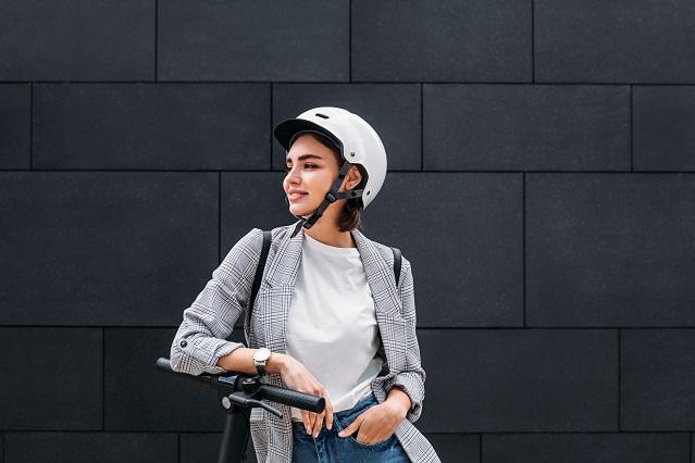 femme trottinette électrique casque
