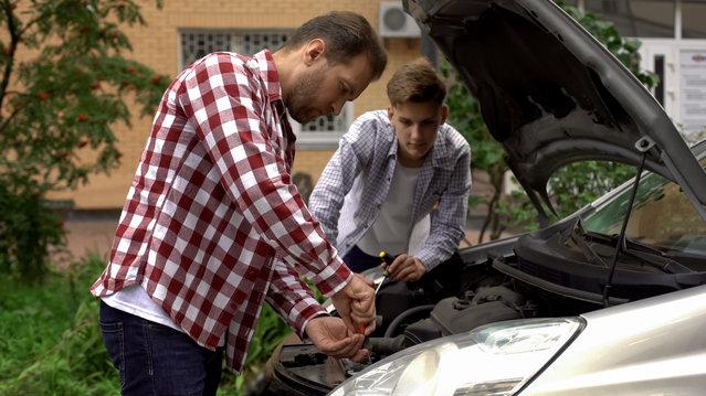Deux hommes réparant une voiture